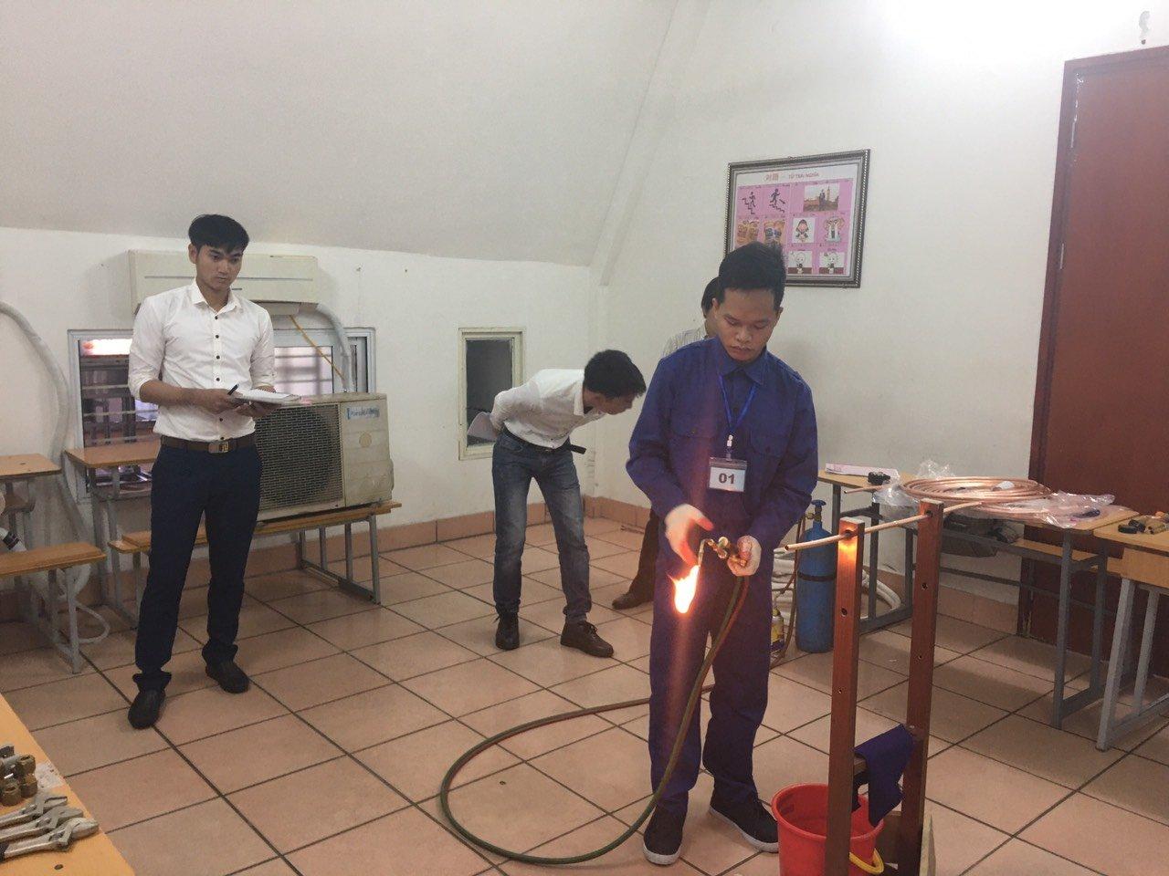 Học viên sửa chữa điện lạnh tại xưởng